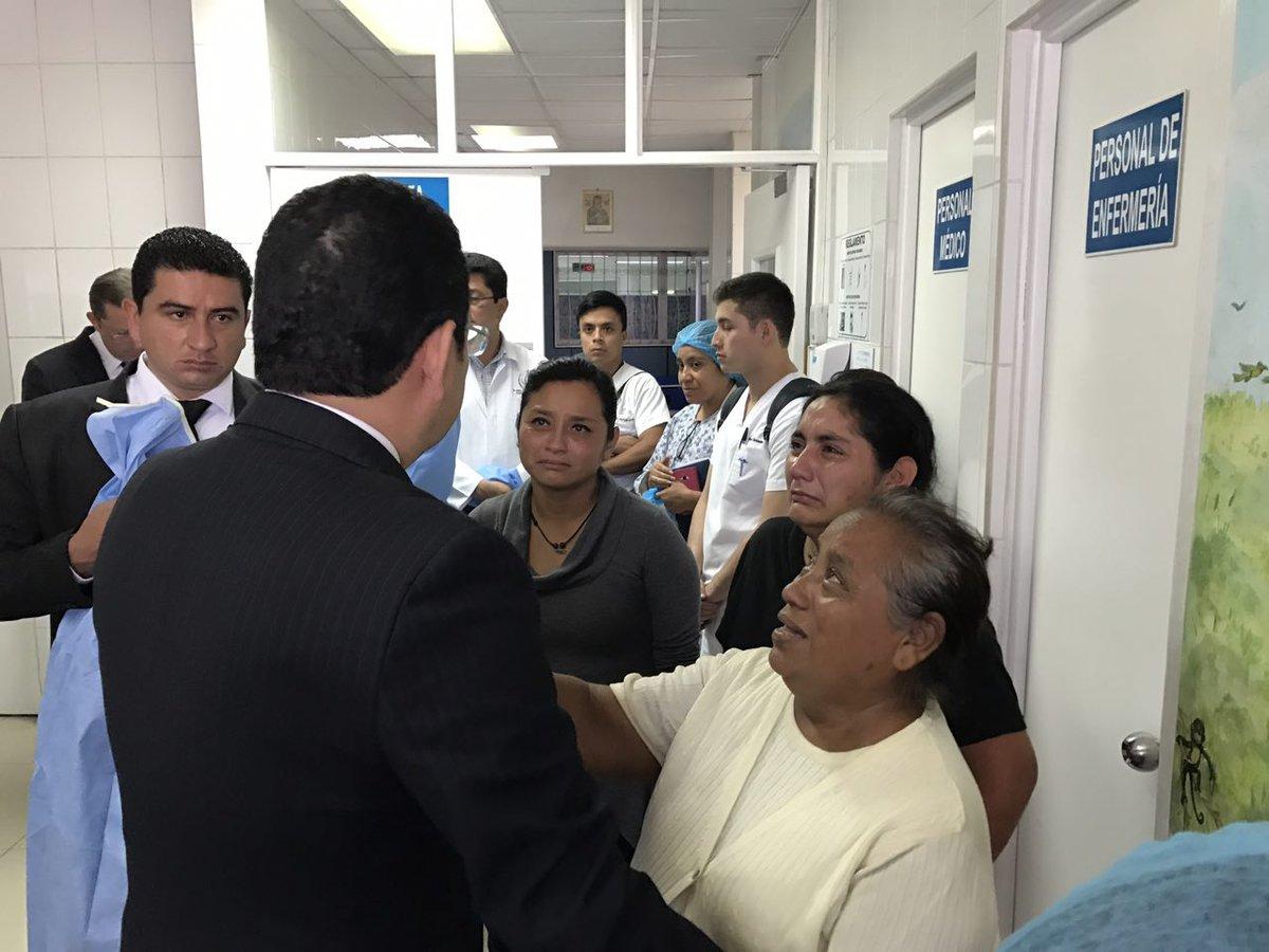 Presidente de Guatemala visita a familiares de niñas heridas tras incendio en centro estatal. (Twitter @GuatemalaGob)