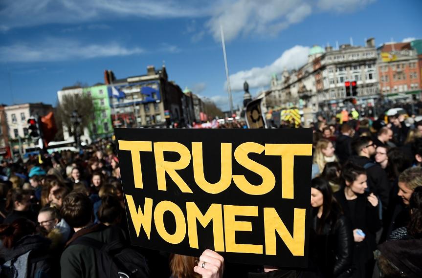 Mujeres protestan para exigir leyes de aborto más liberales en Dublín, Irlanda (Reuters)