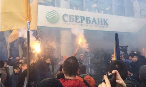 Activistas protestan frente a las oficinas de un banco ruso en Kiev; las autoridades de la Unión Europea prorrogan las sanciones contra Rusia por el conflicto en Ucrania (Twitter @MauriceSchleepe)