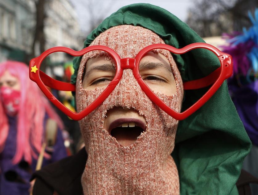Una feminista ucraniana grita consignas durante la marcha con motivo del Día Internacional de la Mujer en Kiev, Ucrania (AP)