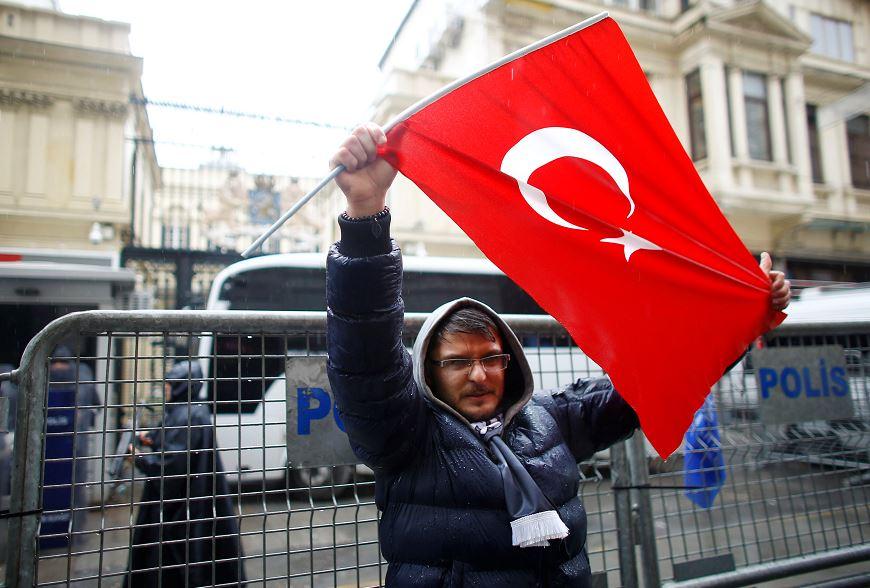 Un hombre protesta con la bandera turca frente a la embajada de Holanda en Estambul. (Reuters)