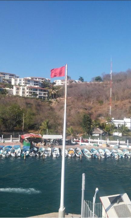 Puerto de Huatulco, lugar donde familiares y compañeros de trabajo instalan centro de monitoreo para la búsqueda de tres pescadores desaparecidos (Twitter @CEPCO_GobOax)