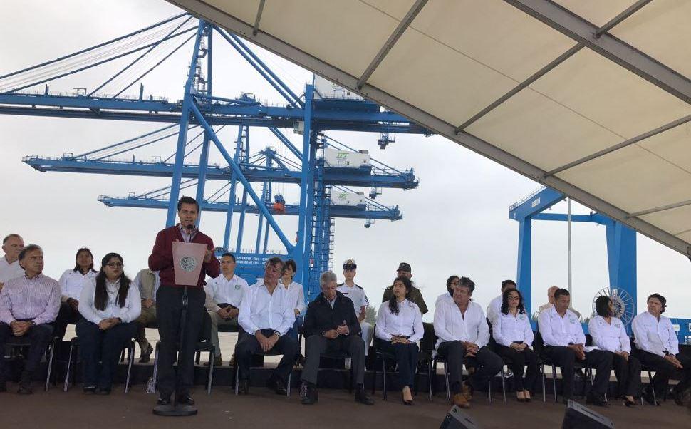 El presidente de México, Enrique Peña Nieto, puso en operación el Nuevo Puerto de Tuxpan y el distribuidor vial del Puerto de esa localidad, en Veracruz. (@PresidenciaMX)