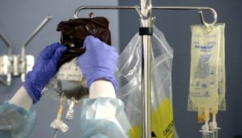 Una enfermera alista el medicamento para una ronda de quimioterapia. (Getty Images)