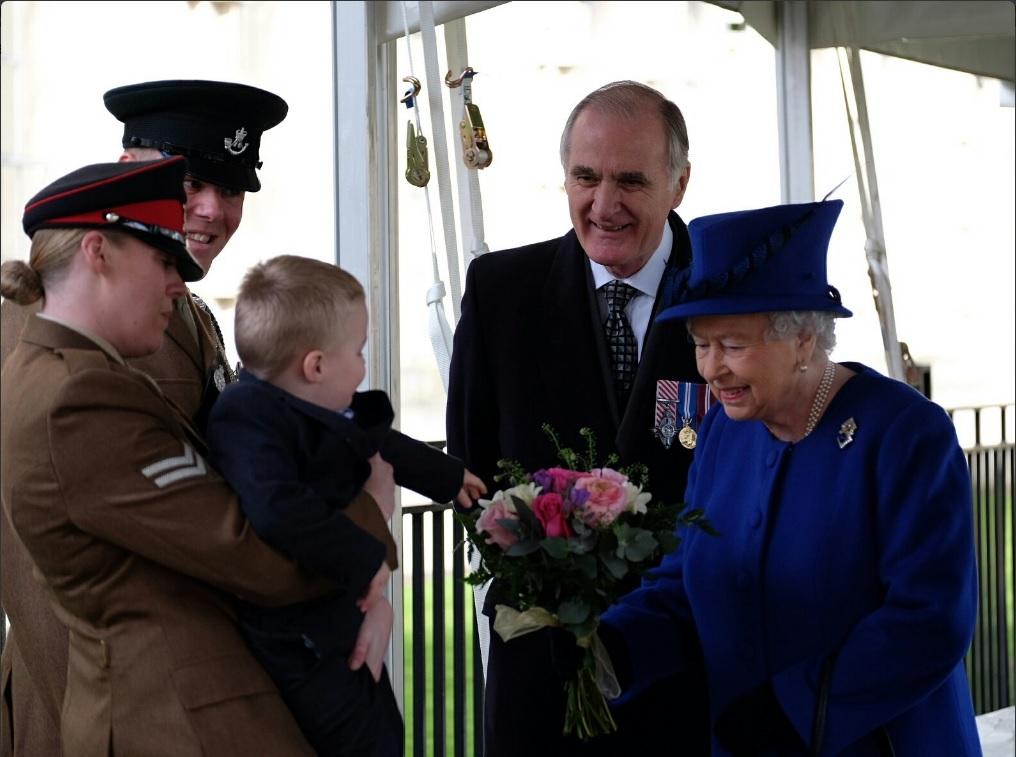 Alfie, un niño de dos años, hace un berrinche frente a la reina Isabel II (Twitter @RoyalFamily)