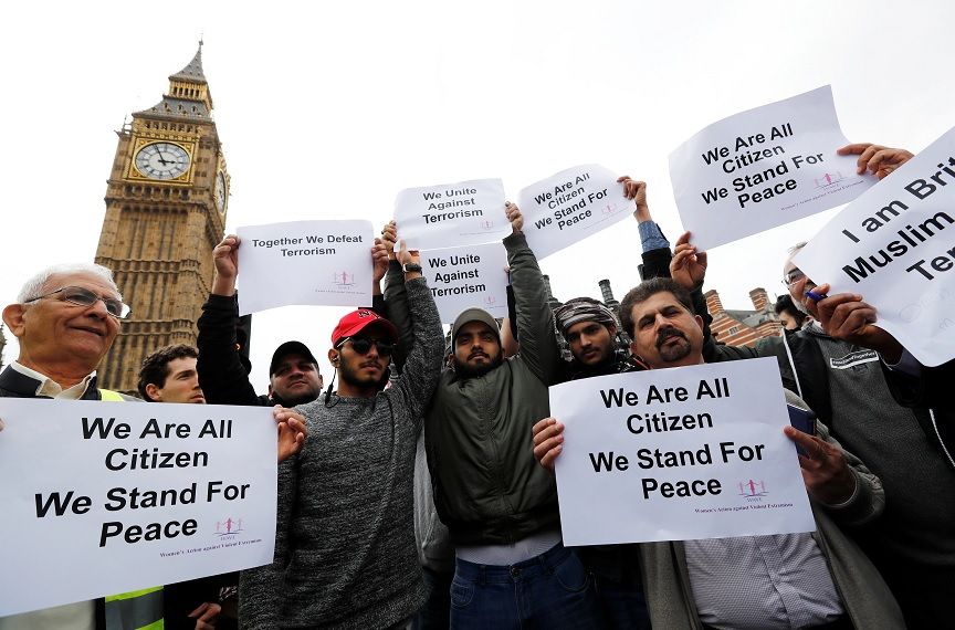 Gente porta carteles en el puente de Westminster durante un acontecimiento para marcar una semana del ataque de Londres (Reuters)