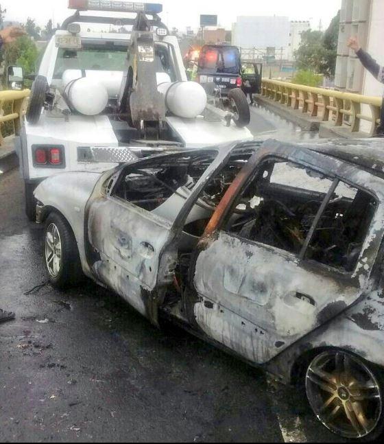 Una grúa de la Secretaría de Seguridad Pública de la Ciudad de México trasladó el vehículo a un corralón. (@Iberomed)
