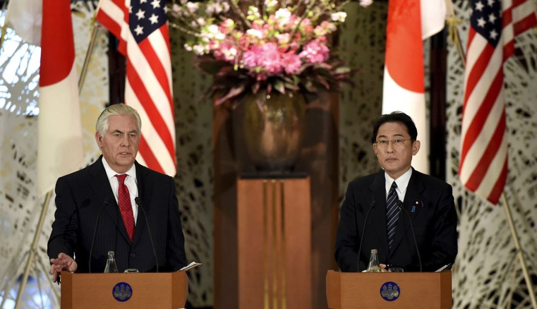 Tillerson se reunió con el ministro japonés de Exteriores, Fumio Kishida, durante su primera gira por Asia. (AP)