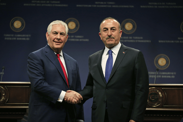Rex Tillerson, secretario de Estado de EU, y su homólogo turco, Mevlüt Çavusoglu. (AP)