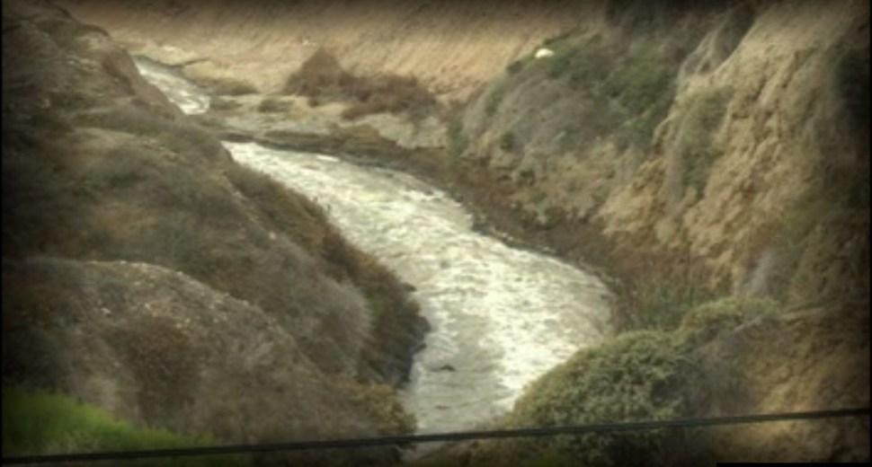Río en Tijuana; las autoridades alertan daño grave en el sistema de drenaje municipal (Noticieros Televisa)