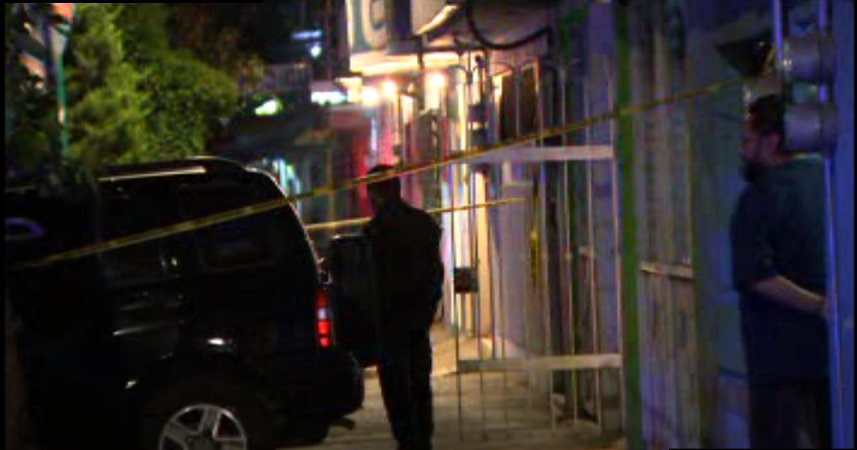 Policías capitalinos enfrentan a asaltantes de vivienda en la colonia Agrícola Oriental (Noticieros Televisa)
