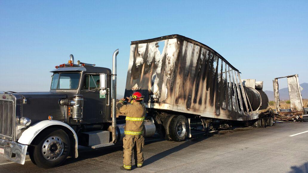 Se incendia tráiler que trasladab combustible presuntamente robado (Noticieros Televisa)