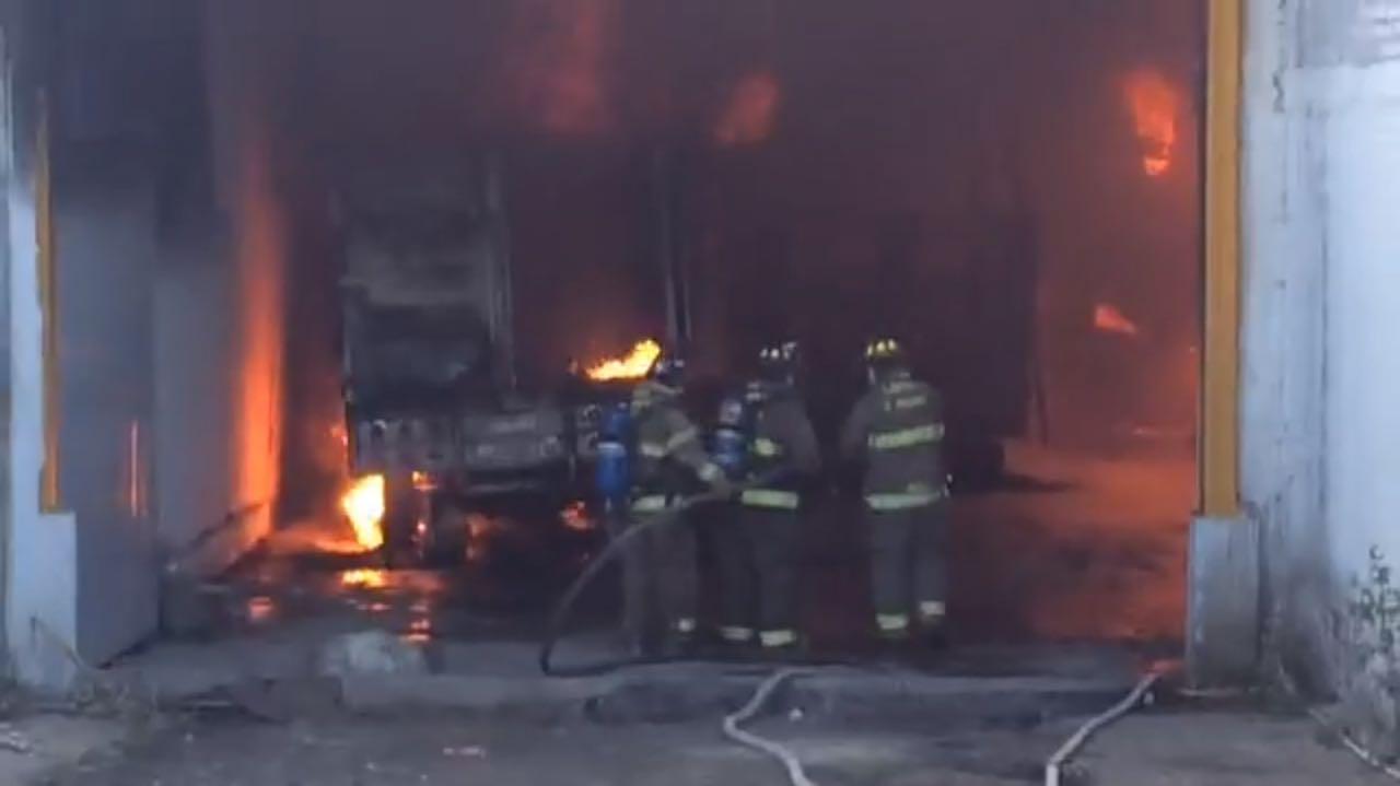 Se incendian bodegas en la Central de Abastos de Morelia, Michoacán. (Noticieros Televisa)