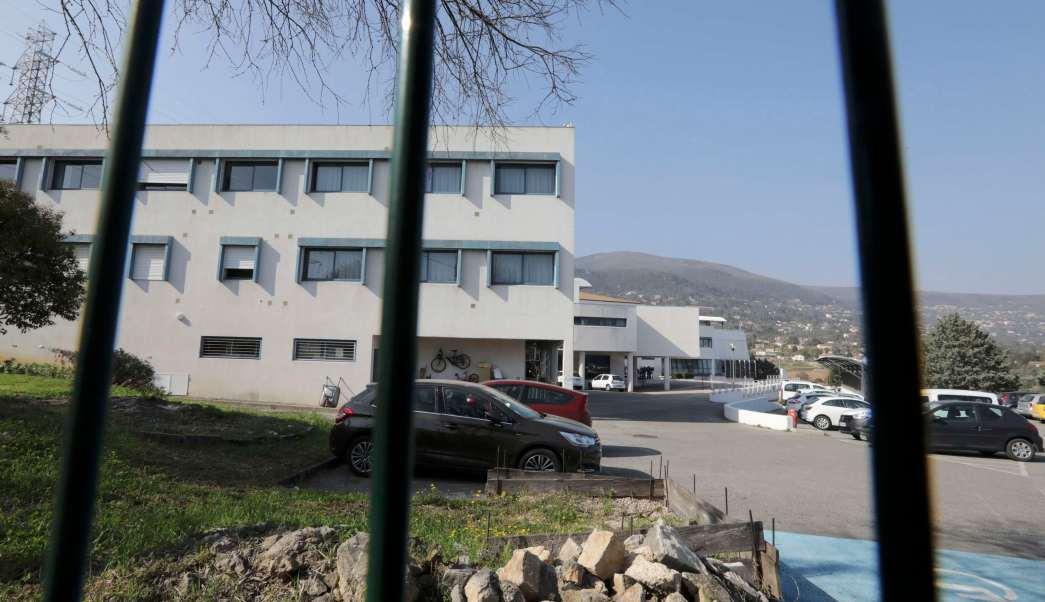 Vista frontal de la escuela donde se registró un tiroteo en Grasse, Francia (Reuters)