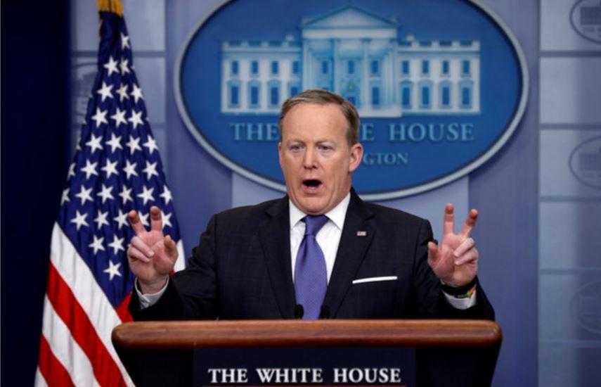 El portavoz de la Casa Blanca, Sean Spicer, sostiene frente a la prensa las acusaciones del presidente, Donald Trump, acerca de que su predecesor, Barack Obama, lo espió en su rascacielos de Nueva York. (Reuters)