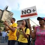 Seguidores de la oposición de Venezuela marchan en Caracas para exigir el fin del gobierno de Nicolás Maduro, al que califican de dictadura (Reuters)