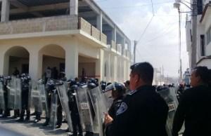 Elementos de la SSP de Chiapas toman el control de la seguridad de la presidencia municipal de Ocozocoautla. (Twitter @sspc_chiapas)