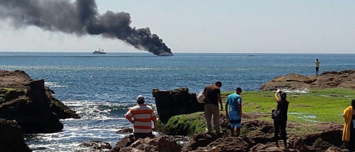 Yate deportivo se incendia frente a costas de Mazatlán, Sinaloa