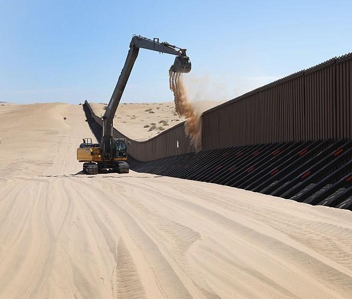 Soldados estadounidenses construyen una valla en la frontera con México.