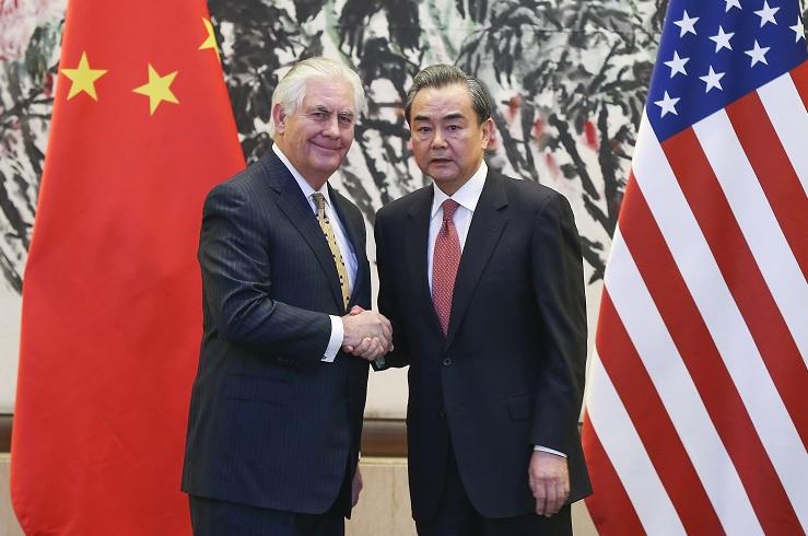 El ministro de Relaciones Exteriores de China, Wang Yi, estrecha la mano con el secretario de Estado estadounidense, Rex Tillerson, tras una conferencia de prensa conjunta en Beijing (Reuters)