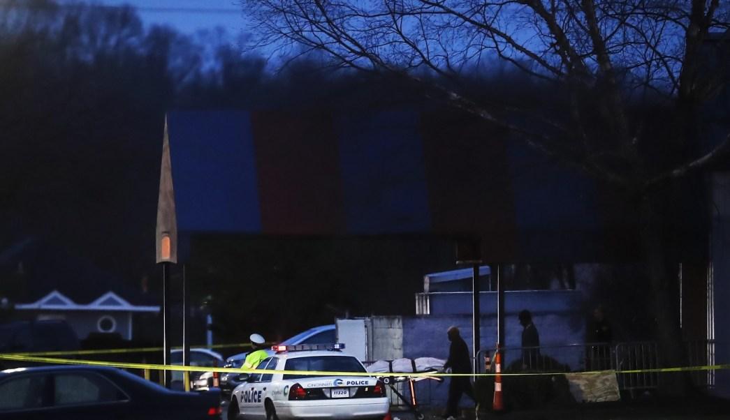La policía acude a la escena del crimen afuera del club Cameo después de un tiroteo en Cincinnati, Estados Unidos (AP)