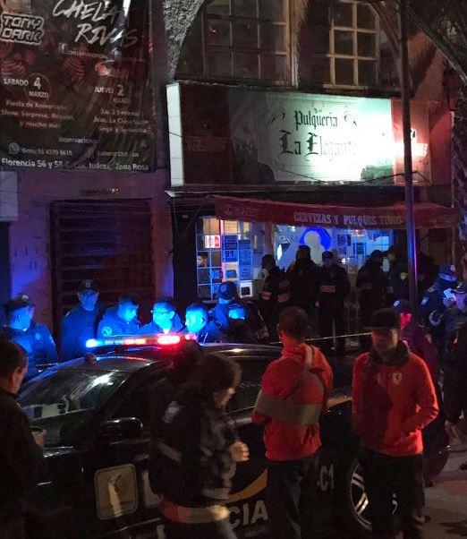 """Al menos una persona muere y otra resulta herida en un tiroteo dentro la Pulquería """"La Elegante"""", ubicada en la calle de Florencia, en la Zona Rosa, en la colonia Juárez, en la Ciudad de México; hay 3 detenidos. (Twitter@rubenenriquez)"""