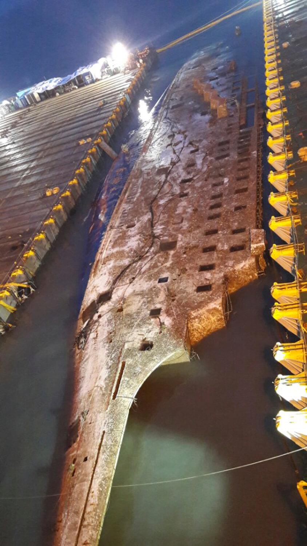 Trabajadores en dos barcazas comenzaron la operación de salvamento.
