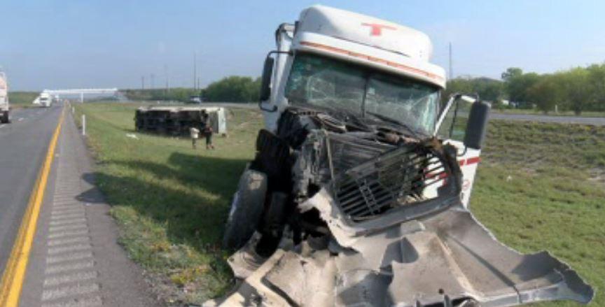Tráiler choca en la autopista a Laredo, en Nuevo León (Noticieros Televisa)