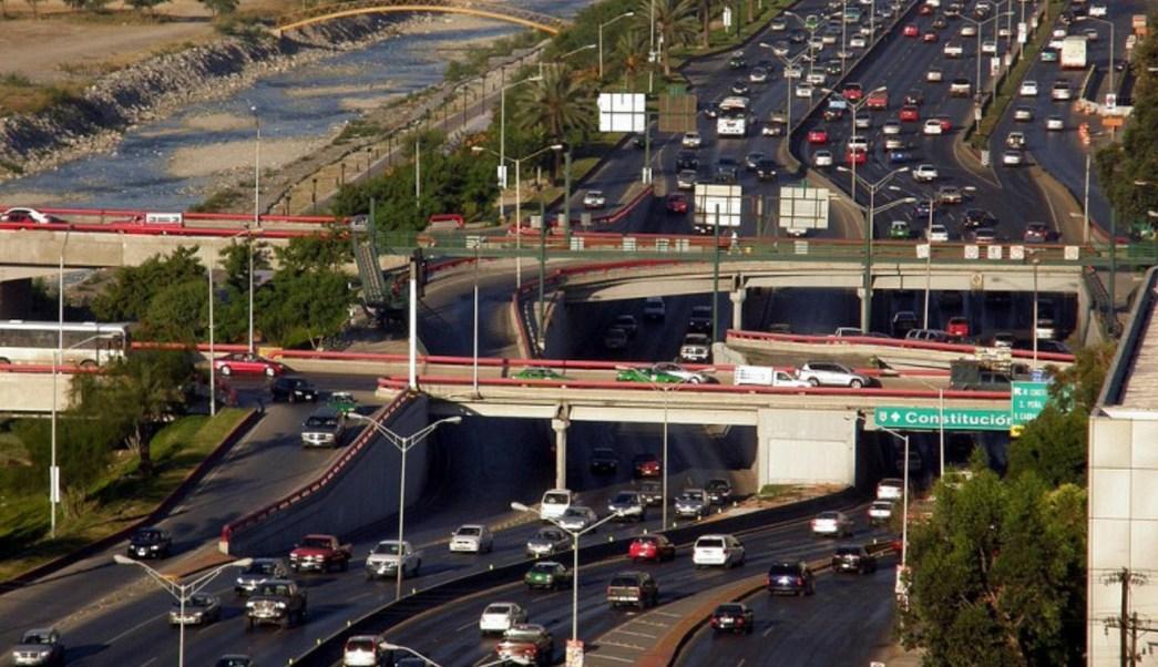 Vista aérea de vialidades en Monterrey; la mayoría de los regios desconocen los límites de velocidad (NTX, archivo)