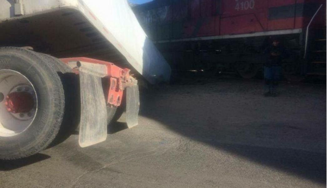 El chofer del tráiler intentó ganarle el paso al tren. (Noticieros Televisa)