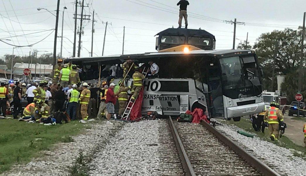 Tren embiste a un autobús en Mississippi, Estados Unidos.