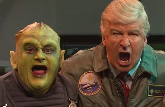 El cómico Alec Baldwin parioda al presidente Donald Trump durante una invasión extraterrestre en el programa Saturday Night Live (Foto: Saturday Night Live)