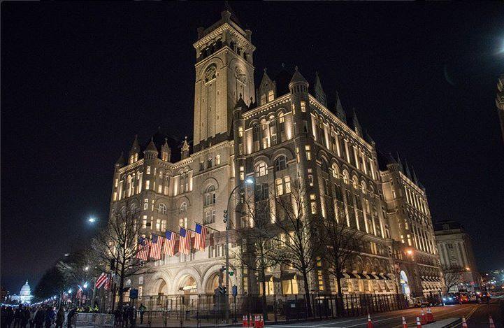 El hotel de 200 millones de euros del presidente de Estados Unidos, Donald Trump, en Washington, ubicado en el edificio Old Post Office, es el lugar lugar para ver, ser visto, tomar un trago, hacer contactos y codearse con políticos vinculados al mandatario. (Twitter@CapaWashington)
