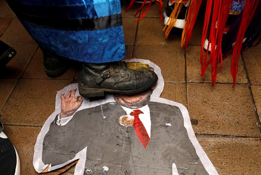 Un hombre pisa la imagen del presidente estadounidense Donald Trump durante una manifestación contra los oleoductos Keystone XL (Reuters)