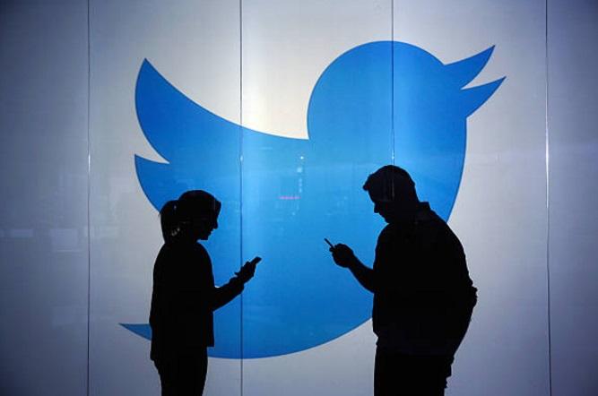 La gente comprueba sus cuentas de Twitter en dispositivos móviles (Getty Images)