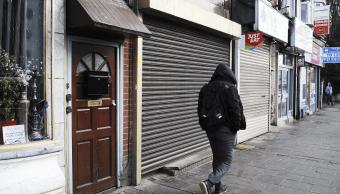 Un hombre camina por las calles de Birmingham, Reino Unido. (AP, archivo)
