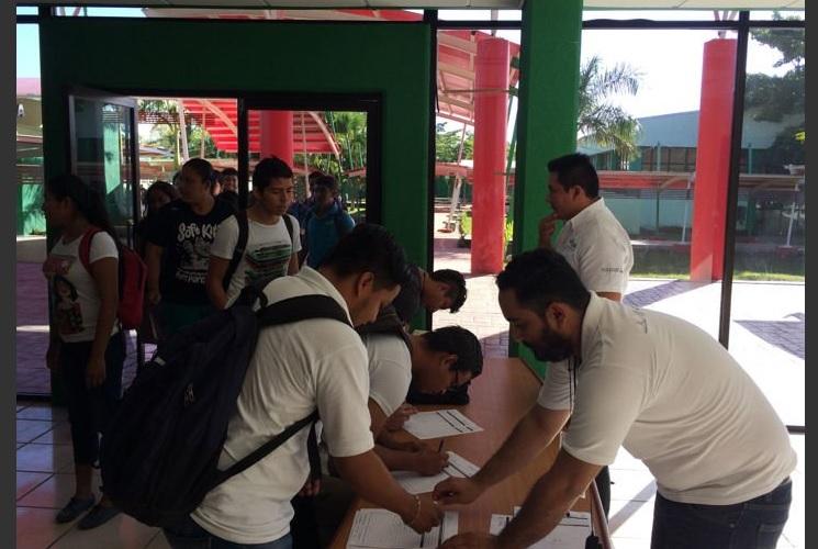 Alumnos de la Universidad Tecnológica de Campeche. (Twitter @UtcamOficial, archivo)
