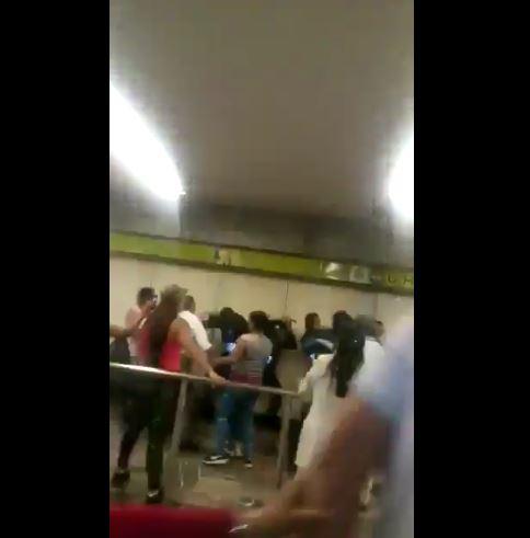 Se enfrentan vagoneros y policías del Metro en la estación Indios Verdes. (tomada de video)