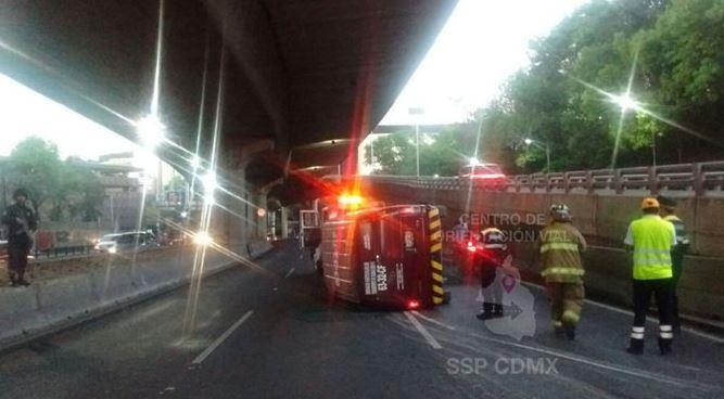 Elementos de Seguridad Pública realizaron un operativo vial para desviar a los automovilistas mientras la unidad era enderezada (Twitter/@OVIALCDMX)