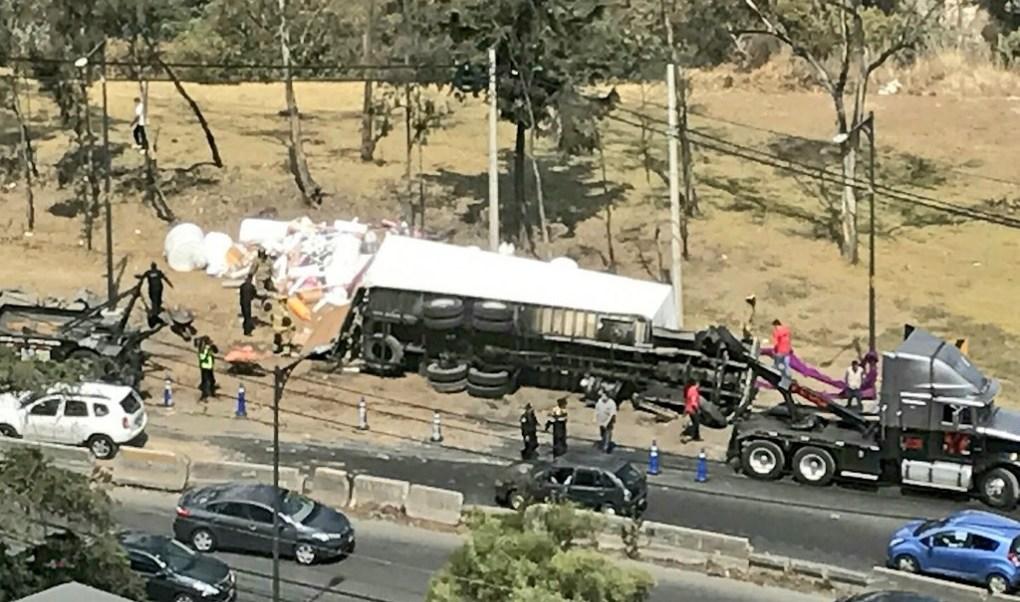 Camión cargado con material de mercería vuelca en Vista Hermosa, kilómetro 16 de la carretera México-Toluca (Twitter @Iberomed)