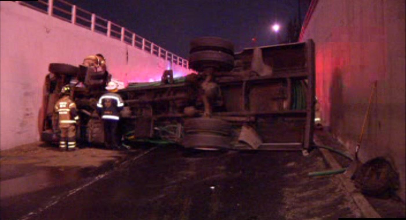 Pipa con agua vuelca en el bajo puente de calzada Zaragoza y Viaducto Miguel Alemán; el chofer resulta lesionado (Noticieros Televisa)