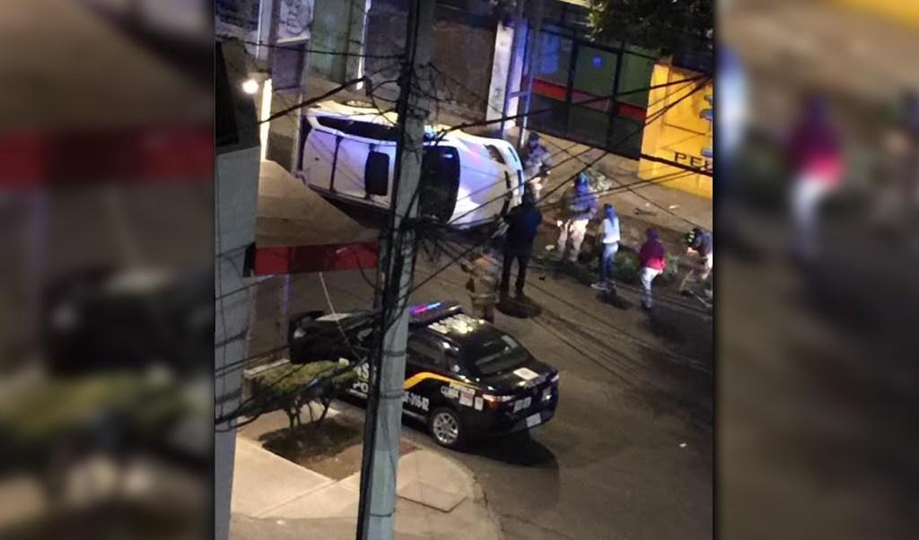Camioneta que vuelca en su costado tras evadir a otro vehículo sobre Municipio Libre, en la colonia Portales; no se registran lesionados (Twitter @Alfred_Mtz75)