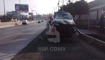Vuelca automóvil en la México-Toluca (Twitter @OVIALCDMX)