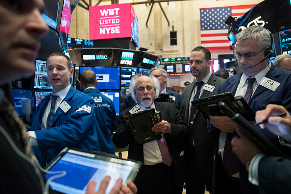 Operadores en el piso de remates de la Bolsa de Nueva York. (Getty Images)