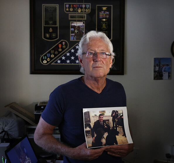 William Owens muestra la fotografía de su hijo 'Ryan'. (Getty Images, archivo)