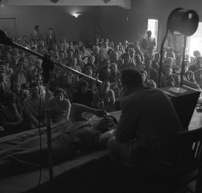 Hubbard en un seminario de dianética en Los Ángeles en 1950