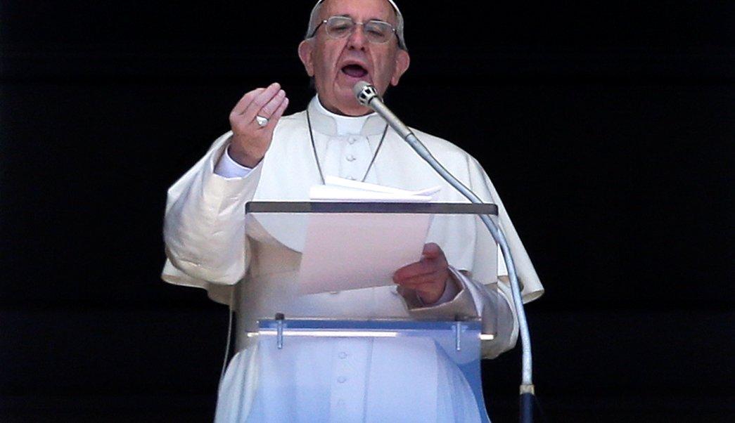 El papa Francisco habla mientras dirige la oración de Regina Caeli en la Plaza de San Pedro en el Vaticano. (Reuters/archivo)