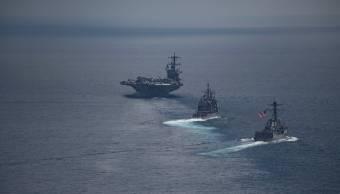 El portaaviones estadounidense Carl Vinson (CVN 70), delantero, conduce al destructor USS Michael Murphy (DDG 112) de la clase Arleigh Burke, y el crucero de misiles teledirigidos USS Lake Champlain (CG 57) de Ticonderoga, en el Océano Índico. (Reuters)