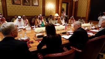 El viceprimer Príncipe de Arabia Saudita y el Ministro de Defensa Mohammed bin Salman se reúnen con el secretario de Defensa de Estados Unidos, James Mattis, y su delegación en Riyadh, Arabia Saudita. (Reuters)