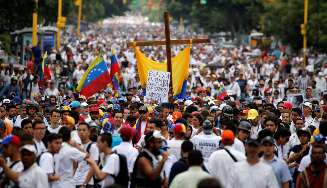 Miles de venezolanos atendieron a la convocatoria de la opositora Mesa de la Unidad Democrática marchan hasta la sede principal de la Conferencia Episcopal. (Reuters)